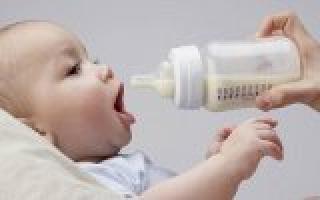 Как нужно правильно кормить из бутылочки новорождённого. Как кормить малыша из бутылочки